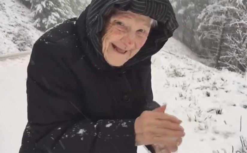 A 101 éves hógolyózó néninél biztosan nem fogsz ma aranyosabbat látni